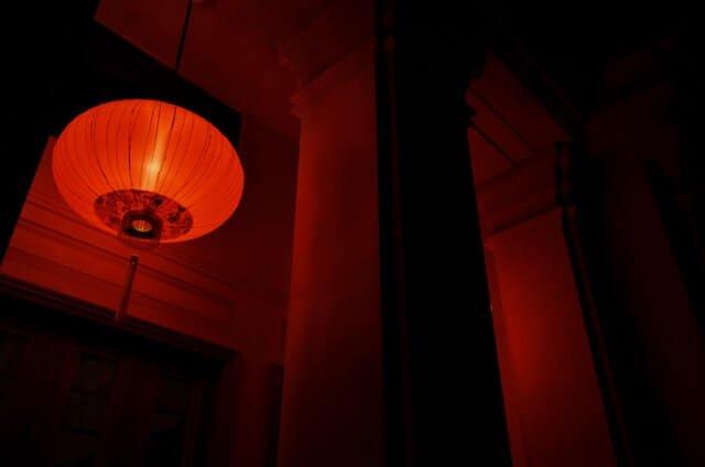 Światło czerwone a światło niebieskie